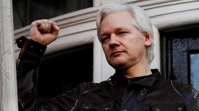 Julian Assange bị bắt giữ ở Anh hồi tháng 3 (Ảnh: Reuters)