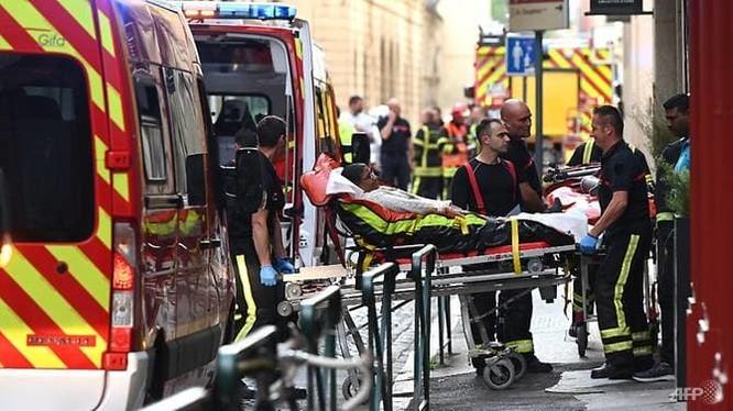 Một nạn nhân được chuyển lên xe cứu thương (Ảnh: AFP)