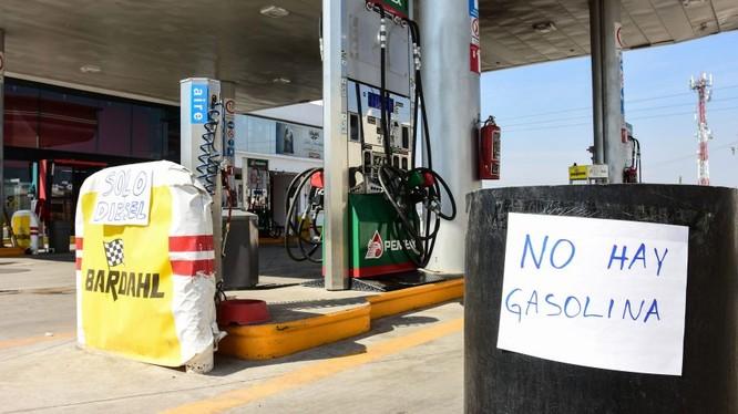 Một trạm xăng ở ngoại ô thủ đô Caracas đóng cửa vì thiếu nguồn cung (Ảnh: CNN)