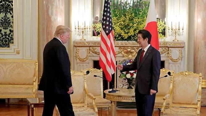 Tổng thống Trump trong cuộc gặp với Thủ tướng Abe tại Điện Akasaka hôm 27/5 (Ảnh: Reuters)