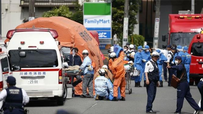 Nhân viên y tế chuyển nạn nhân lên xe cứu thương (Ảnh: AP)