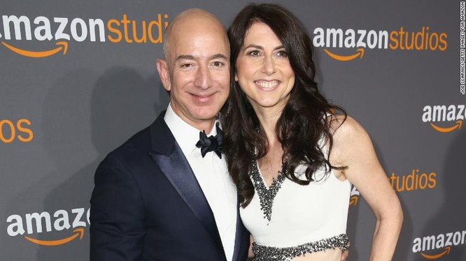 Bà MacKenzie Bezos thời điểm chưa ly hôn với tỷ phú Jeff Bezos (Ảnh: CNN)
