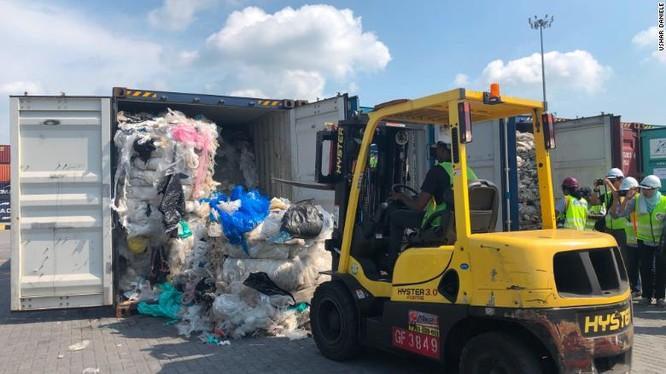 Malaysia tuyên bố gửi trả hàng tấn rác thải cho các nước chuyển rác tới nước họ (Ảnh: CNN)