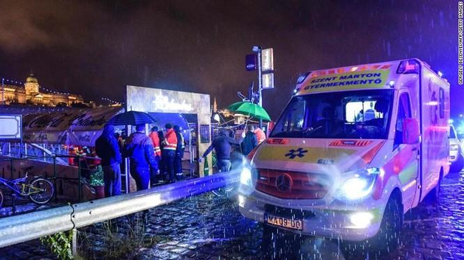 Đội cứu hộ có mặt trên bờ sông Danube (Ảnh: CNN)