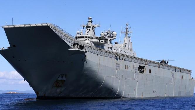 Một nhân chứng trên tàu HMAS Canberra nói rằng các phi công trực thăng bị chiếu tia laser (Ảnh: Newscorp)