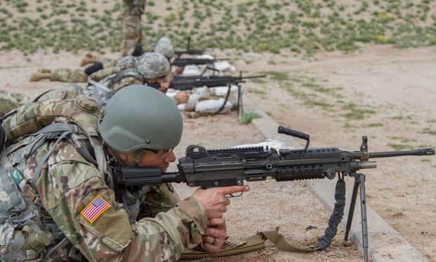Các binh sĩ chuẩn bị khai hỏa vào mục tiêu tầm xa bằng súng tiểu liên M249 tại trường bắn của Khu bảo tồn quân sự Florence (Ảnh: USArmy)