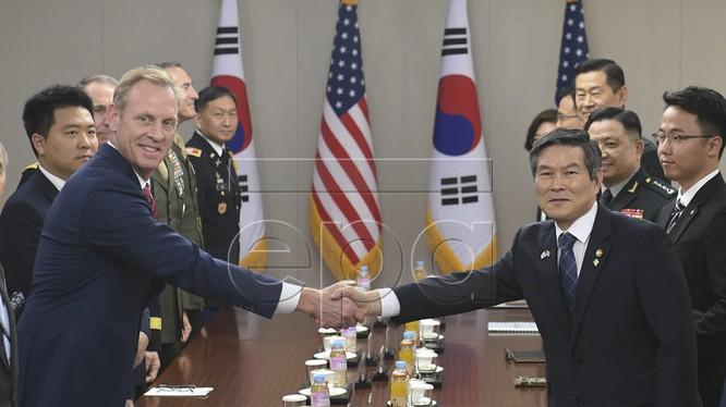 Quyền Bộ trưởng Bộ Quốc phòng Mỹ Patrick Shanahan cùng Bộ trưởng Bộ Quốc Phòng Hàn Quốc Jeong Kyeong-doo (Ảnh:Yonhap)