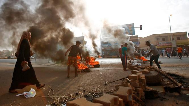 Người biểu tình chặn đường bằng cách đốt lốp xe và lát đá ở Khartoum (Ảnh: Getty)