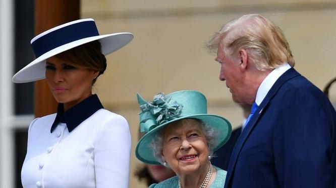 """Đệ nhất phu nhân Melania có pha """"chữa ngượng"""" cho ông Trump (Ảnh: Newsweek)"""