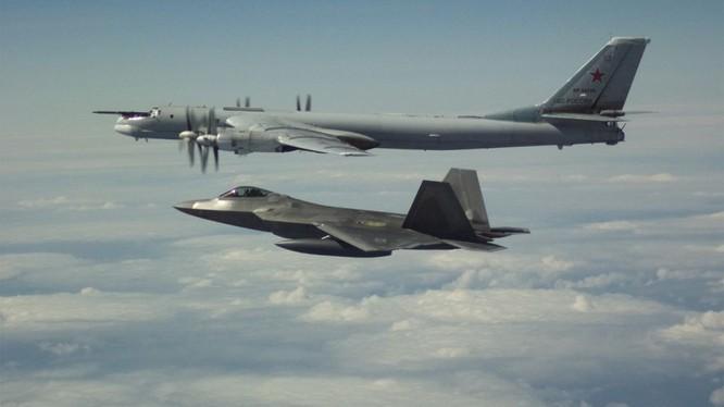 F-22 Mỹ chặn máy bay Nga gần Alaska ngày 21/5 (Ảnh: NORAD)