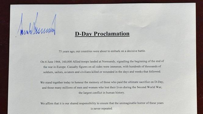 """Chữ ký """"cô đơn"""" của ông Trump ở bên trên bản tuyên ngôn về D-Day (Ảnh: AFP)"""