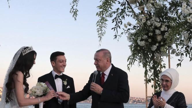 Tổng thống Erdogan trò chuyện cùng Ozil và hôn thê Amine Gulse trong lễ cưới tổ chức hôm 7/6 ở Istanbul (Ảnh: AP)