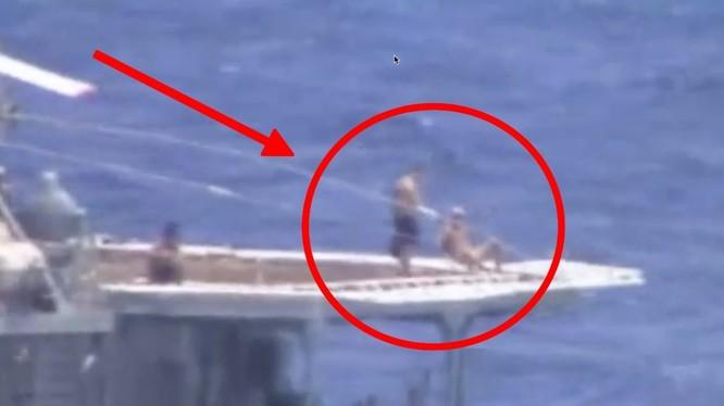 Hình ảnh cắt từ clip cho thấy các thủy thủ Nga đang tắm nắng trên tàu khu trục Đô đốc Vinogradov (Ảnh: Business Insider)