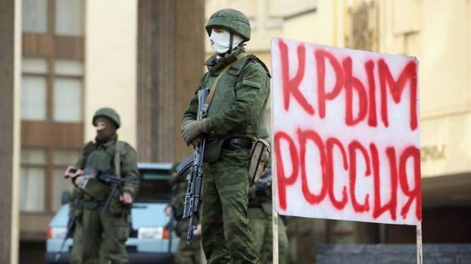 Binh sỹ đứng gác bên ngoài tòa nhà Nghị viện Crimea ngày 1/3/2014 (Ảnh: Newsweek)