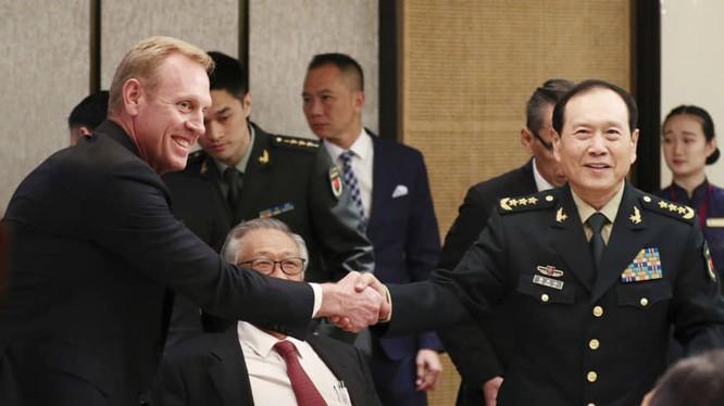 Ông Shanahan và ông Ngụy bắt tay nhau trước khi tham gia cuộc họp quan trọng tại Đối thoại Shangri-La (Ảnh: AP)