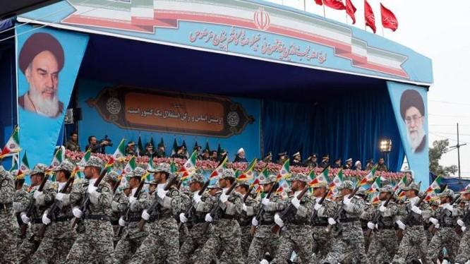 Tổng thống Iran Hassan Rouhani tham dự một lễ diễu binh ở Tehran hôm 18/4 (Ảnh: AFP)