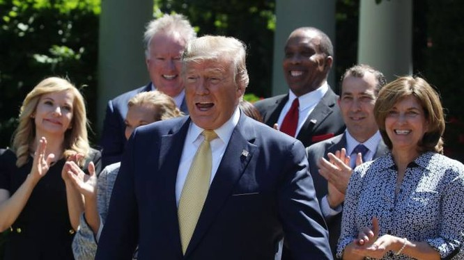 """Tổng thống Trump khẳng định Điều II trong Hiến pháp Mỹ cho phép ông làm """"bất cứ điều gì"""" (Ảnh: Newsweek)"""