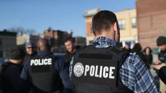 Các sỹ quan thuộc ICE bắt giữ người nhập cư trái phép tại thành phố New York hồi tháng 4 vừa qua (Ảnh: Getty)