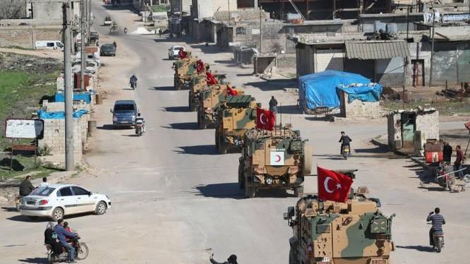 Một đoàn xe quân sự của Thổ Nhĩ Kỳ di chuyển tại khu phi quân sự phía Bắc tỉnh Idlib (Ảnh: AFP)
