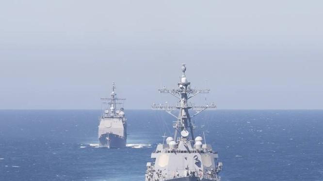 Tàu khu trục tên lửa dẫn đường USS Bainbridge (trái) và tàu USS Leyte Gulf di chuyển qua eo biển Gibraltar hôm 13/4 (Ảnh: Newsweek)