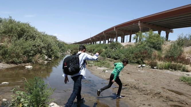 Số lượng người nhập cư trái phép đổ về Mỹ tăng đột biến trong tháng 5 vừa qua (Ảnh: AP)