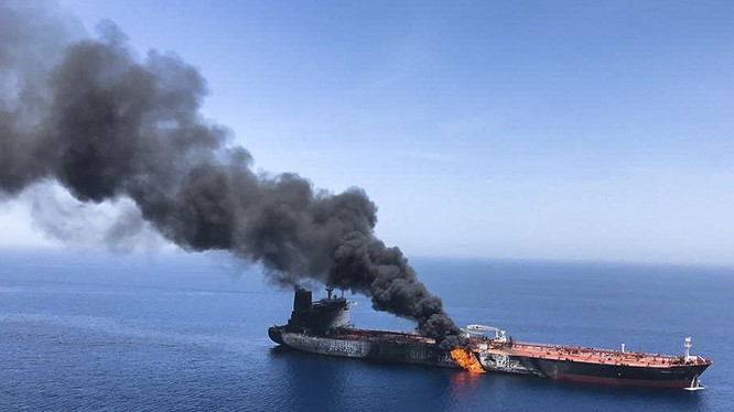Một tàu chở dầu bốc cháy sau khi bị tấn công trên Vịnh Oman vào ngày 13/6 (Ảnh: AP)