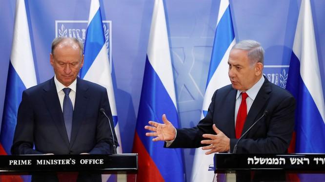 Thủ tướng Israel Benjamin Netanyahu (phải) trong cuộc gặp với Thư ký An ninh Quốc gia Nga Nikolai Patrushev tại Jerusalem (Ảnh: RT)