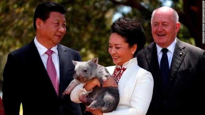 Chủ tịch Trung Quốc Tập Cận Bình cùng phu nhân trong chuyến thăm Canberra ngày 17/11/2014 (Ảnh: CNN)