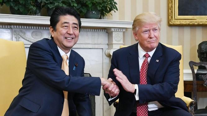 Tổng thống Mỹ Donald Trump và Thủ tướng Nhật Shinzo Abe trong một cuộc gặp tại Nhà Trắng (Ảnh: SCMP)