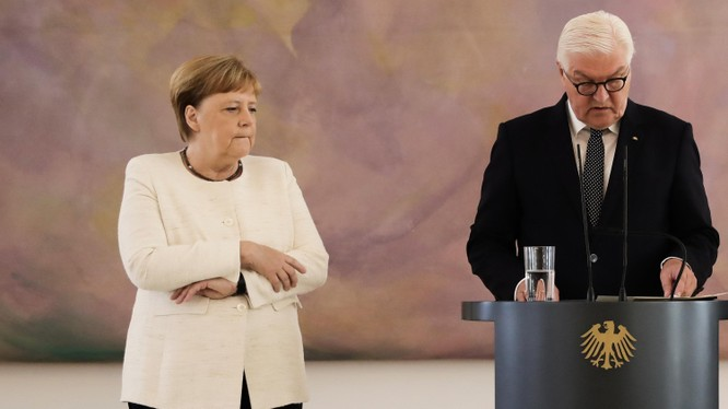 Thủ tướng Merkel giữ chặt hai tay trong cơn run lẩy bẩy (Ảnh: Telegraph)
