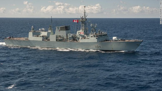 Tàu khu trục HMCS Regina của Canada (Ảnh: CNN)