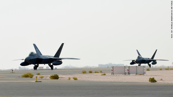 Phi cơ chiến đấu F-22 Raptor có mặt tại căn cứ không quân Al Udeid, Qatar ngày 27/6 (Ảnh: CNN)