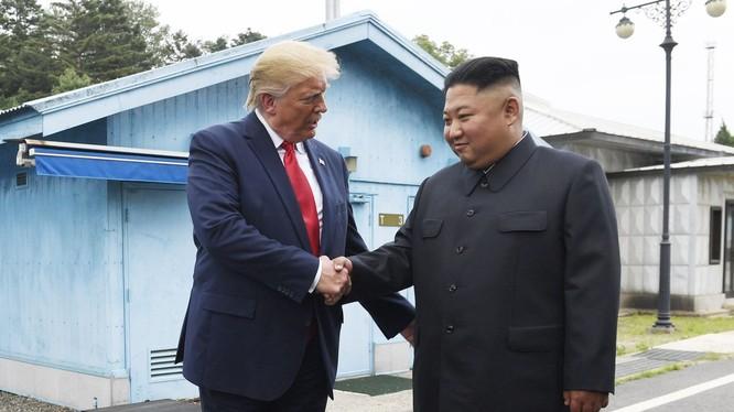 Lãnh đạo Mỹ, Triều Tiên bắt tay tại DMZ hôm 30/6 (Ảnh: WSJ)