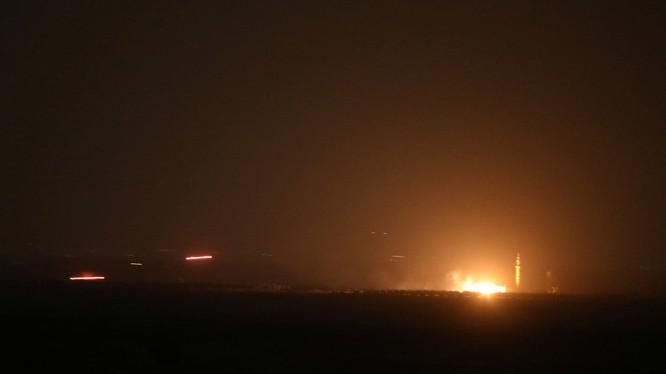 Bầu trời Damascus rực lửa vì đòn không kích (Ảnh: RT)