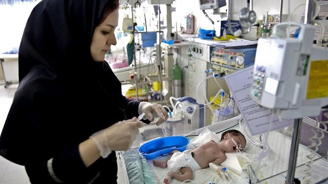 Một trẻ sơ sinh được điều trị tại bệnh viện ở thủ đô Tehran (Ảnh: AP)