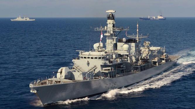 Tàu khu trục HMS Montrose của Anh hộ tống tàu chở dầu Heritage (Ảnh: Sky News)