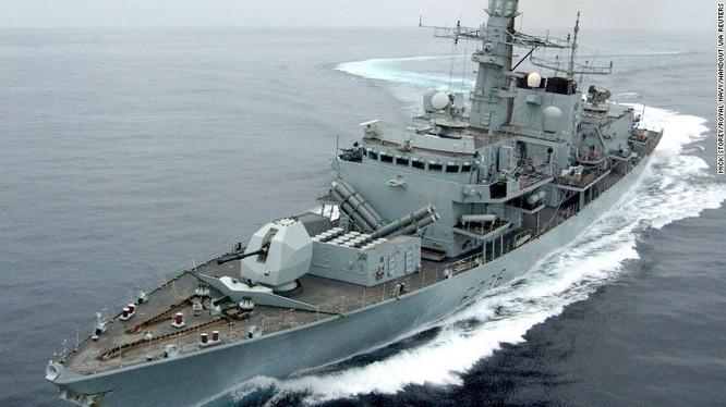 Tàu khu trục HMS Montrose của Anh hộ tống tàu Heritage qua eo biển Hormuz (Ảnh: CNN)