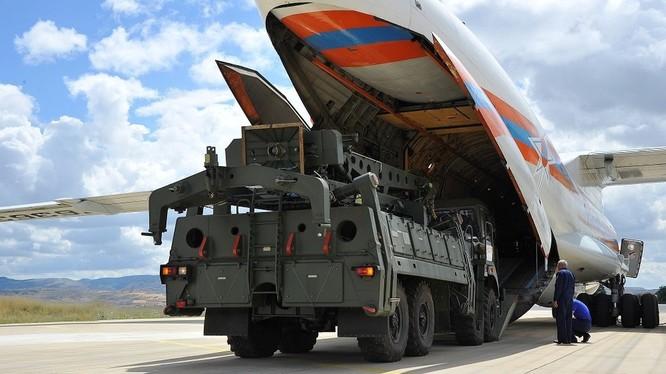 Hệ thống S-400 của Nga được chuyển tới căn cứ không quân Acinki, gần thủ đô Ankara của Thổ Nhĩ Kỳ hôm 12/7 (Ảnh: Reuters)