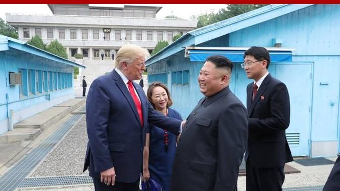 Lãnh đạo Mỹ, Triều cười nói khi có cuộc gặp tại Panmunjom hôm 30/6/2019 (Ảnh: KCNA)