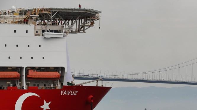 Một tàu thăm dò, khai thác dầu khí của Thổ Nhĩ Kỳ được tàu hải quân hộ tống tới Địa Trung Hải hồi tháng trước (Ảnh: AP)