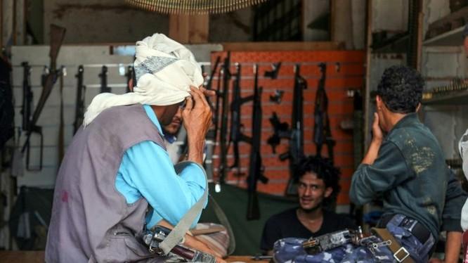 Buôn bán súng đạn trở thành nghề ăn nên làm ra ở Taez (Ảnh: AFP)