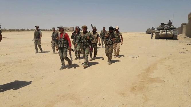 Lực lượng quân đội Syria tuần tra dọc các thành phố biên giới với Iraq (Ảnh: Al-Masdar)