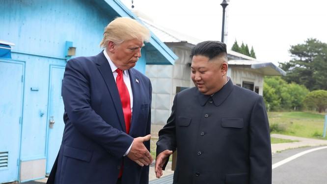 Lãnh đạo Mỹ, Triều Tiên trong cuộc gặp tại DMZ hồi cuối tháng 6 vừa qua (Ảnh: Independent)
