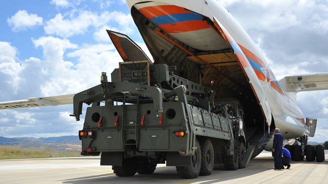 Các bộ phận của S-400 được chuyển tới căn cứ không quân Murted, Ankara, Thổ Nhĩ Kỳ hôm 12/6 (Ảnh: RT)