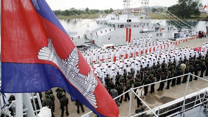 Hải quân Campuchia trong một nghi thức tiếp nhận một tàu tuần tra của Trung Quốc ở căn cứ Ream (ảnh: Asia Times)