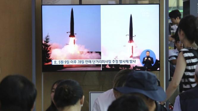 Người dân Hàn Quốc theo dõi diễn biến vụ phóng tên lửa trên truyền hình hôm 25/7 (Ảnh: SCMP)