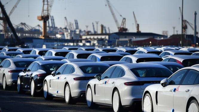 EU cảnh báo sẽ đánh thuế trả đũa việc Mỹ áp thuế với xe hơi của họ (Ảnh: RT)