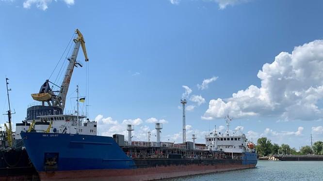 Tàu chở dầu Nika Spirit của Nga đang neo đậu tại cảng Izmail của Ukraine (Ảnh: Washington Post)