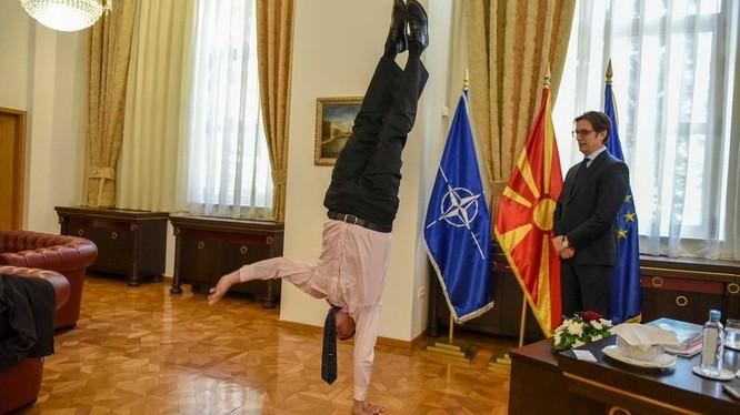 Đại sứ Dan Oryan thể hiện khả năng vận động đáng ngạc nhiên của mình (Ảnh: RT)