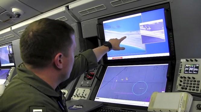 Một binh sỹ Mỹ trên máy bay do thám P-8A Poseidon (Ảnh: RT)